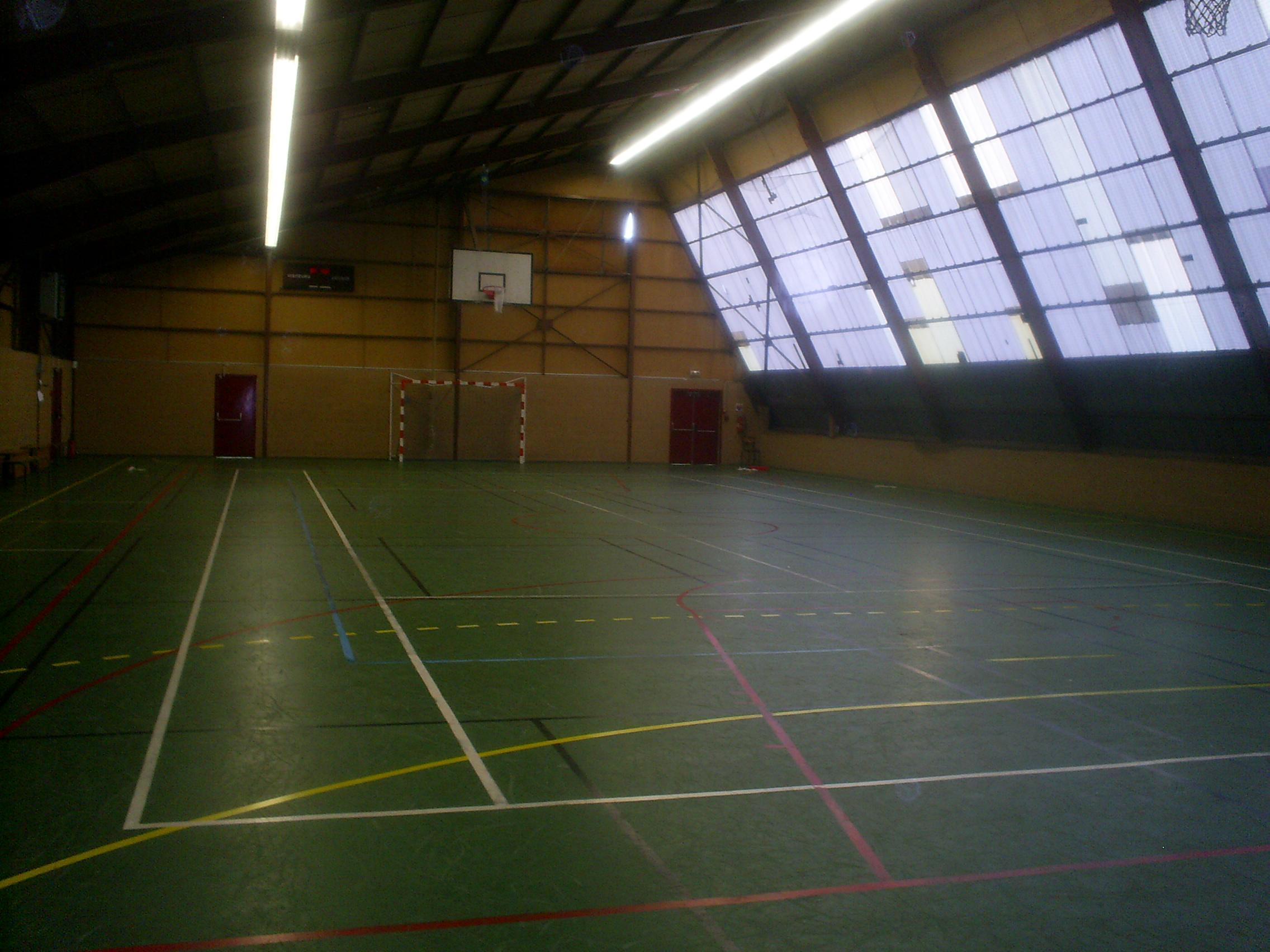 intérieur du gymnase avant montage du terrain